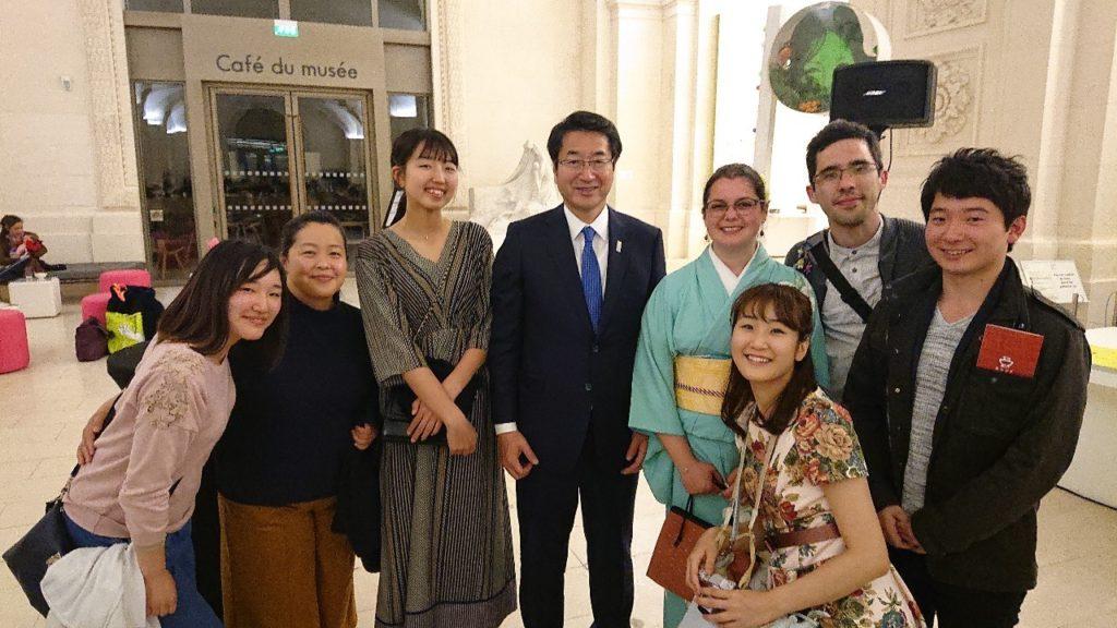 Photo avec le maire de Niigata et les joueuses de tarukinuta